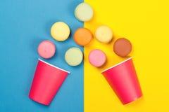 落入两红色纸杯的五颜六色的蛋白杏仁饼干 最小的conce 库存照片