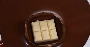 落入牛奶巧克力的白色巧克力片剂, 股票录像
