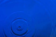 落入水的水滴 免版税库存图片