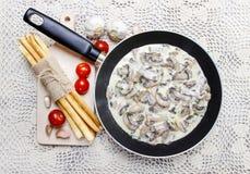 落叶松蕈在煎锅的蘑菇酱油 库存照片