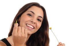 落叶雏菊微笑的青少年的女孩 免版税库存图片
