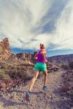 落后在山、健身刺激和启发的赛跑 免版税库存图片