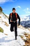 落后在山的赛跑在冬天美好的天 免版税库存照片