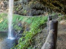 落后在瀑布后去 免版税库存图片