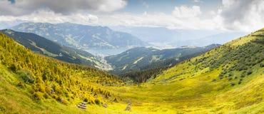 落后的阿尔卑斯奥地利美好的绿色组横向lechtal草甸山muttekopf 图库摄影