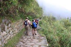落后trekkers的去的印加人machu picchu 图库摄影