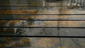 落在一个被风化的甲板的雨 股票录像
