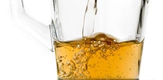 落在一块玻璃的滔滔水用茶2 免版税库存照片