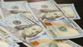 落在一张棕色木桌上的一百元钞票 股票录像