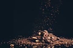 落在堆的切细的巧克力片 库存照片