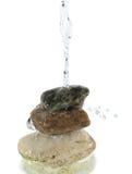 落在堆的水岩石 免版税库存照片