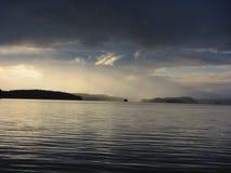 落在天际的暴风云和雨,湖风景 免版税库存照片