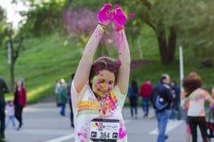 落在女孩的头的桃红色粉末在颜色奔跑 免版税库存图片