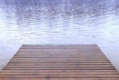 落在小船发射船坞和湖,春天夏天weath的雨 免版税库存图片