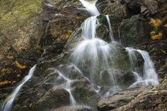 落在岩石的水 免版税库存图片