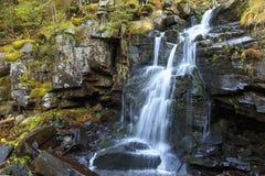 落在岩石的水 免版税库存照片