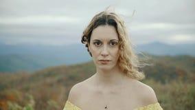 落在最大补丁山阿巴拉契亚山脉、田纳西&北卡罗来纳,少妇画象黄色礼服的 影视素材