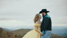 落在最大补丁山阿巴拉契亚山脉、田纳西&北卡罗来纳,年轻夫妇,黄色礼服的妇女 影视素材