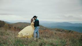 落在最大补丁山阿巴拉契亚山脉、田纳西&北卡罗来纳,年轻夫妇,黄色礼服的妇女 股票视频