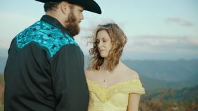 落在最大补丁MountainMax补丁MountainAppalachian山、田纳西&北卡罗来纳,年轻夫妇,妇女  股票视频