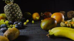 落在木表上的葡萄用热带水果 影视素材