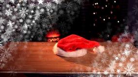 落在桌上的圣诞老人帽子 库存例证