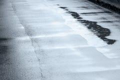 落在水坑的雨珠创造泡影和圈子 免版税图库摄影