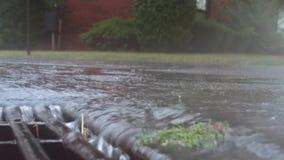 落在街道上和流经下水道流失的大雨 影视素材
