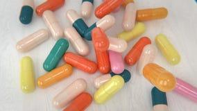 落在表上的色的药片 股票录像