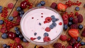 落在酸奶的森林果子早餐 股票录像