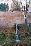 落在阿尔罕布拉宫墙壁外面的水 库存图片