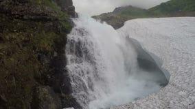 落在雪原的美丽的小瀑布山瀑布 股票录像