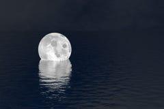 落在水夜场面背景的月亮 免版税图库摄影