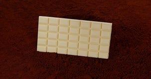 落在黑巧克力粉末的巧克力片剂, 影视素材