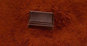 落在黑巧克力粉末的巧克力片剂, 股票录像