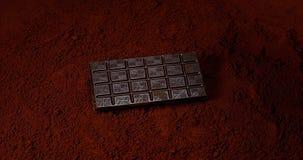落在黑巧克力粉末的巧克力片剂, 股票视频