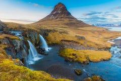 水落在Kirkjufell山 库存图片