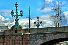 落地灯三位一体桥梁在圣彼德堡 库存例证