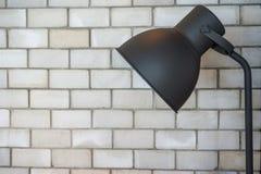 落地灯在砖屋子里 图库摄影