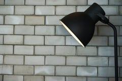 落地灯在砖屋子里 库存照片