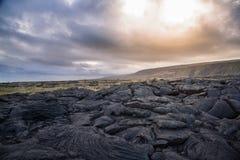 落寞熔岩风景在剧烈的天空下 免版税库存图片