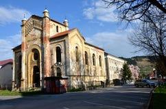 落寞犹太犹太教堂在阳光下在春天 从街道的正面图 免版税库存照片