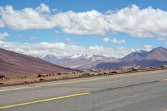 落寞路在沙漠 库存照片