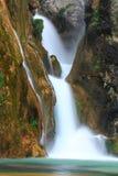 落对河的瀑布 免版税库存照片