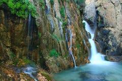 落对河的瀑布 免版税图库摄影