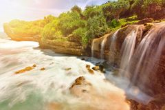 落对海洋的美丽的Jogan瀑布 免版税库存照片