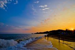 落日是光亮的在金黄海滩 免版税库存照片