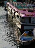 落日照亮的一条观光的小船的视域 库存图片