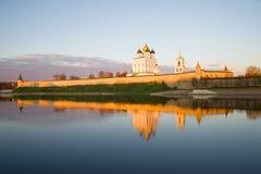 落日的光芒的普斯克夫克里姆林宫在10月晚上 俄国 库存图片