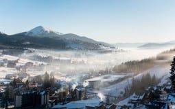 落日的第一个阴影在冬天滑雪胜地喀尔巴汗的 免版税库存图片